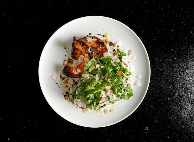 Receita de salada de abóbora cabotiá glaceada, rúcula e amêndoas
