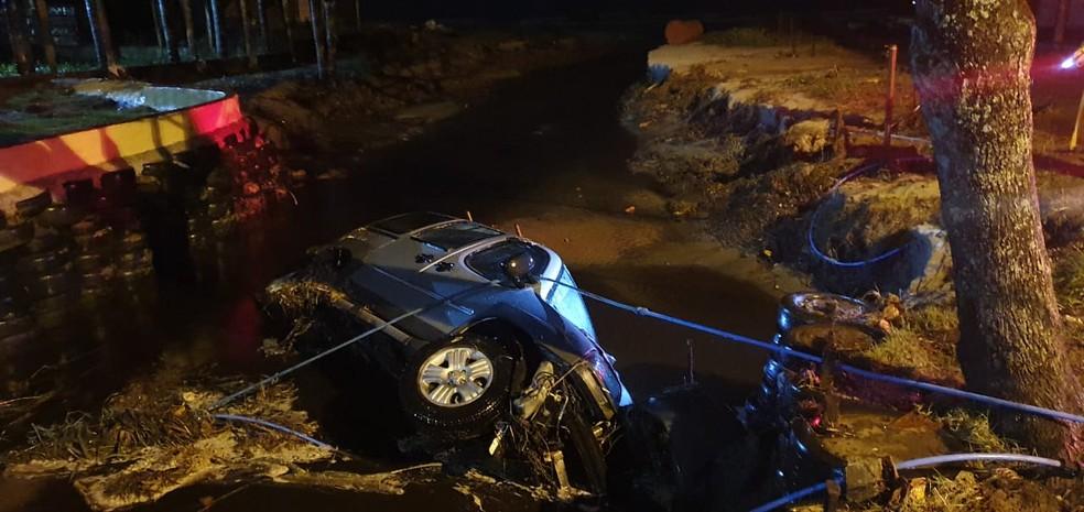 Carro foi engolido por cratera após deslizamentos causados por ressaca em Peruíbe. — Foto: Reprodução
