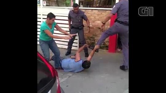 VÍDEO: policiais agridem e chutam casal de carroceiros em SP
