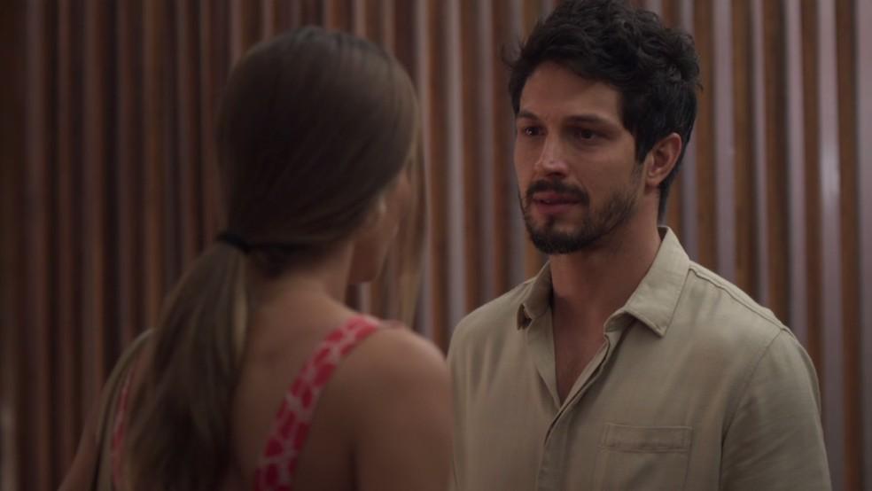 Marcos (Romulo Estrela) oferece carona a Paloma (Grazi Massafera) e pede para conversar — Foto: TV Globo