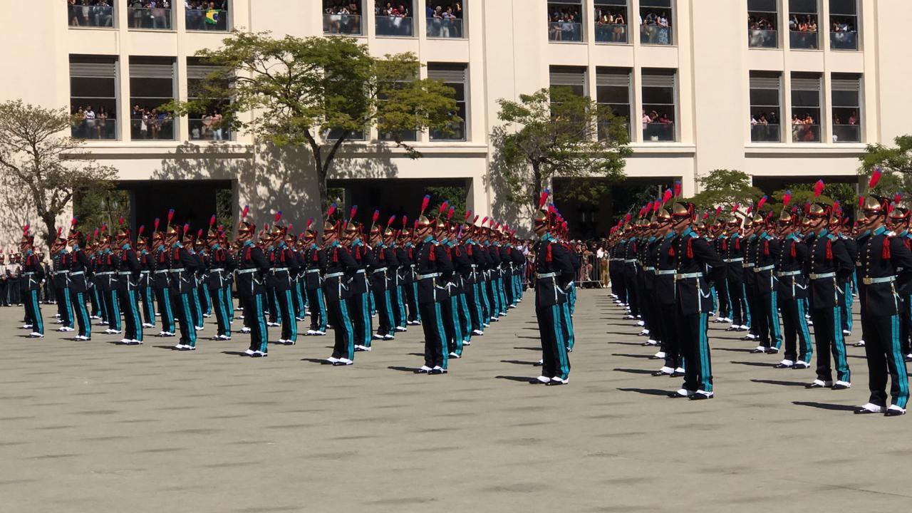 Cadetes recebem espadim em cerimônia com Bolsonaro na Academia Militar das Agulhas Negras - Notícias - Plantão Diário
