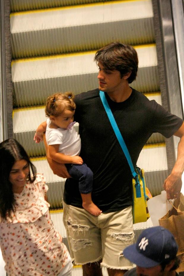 Felipe Simas com sua esposa, Mariana Uhlmann, e filha, Maria Simas (Foto: AgNews)