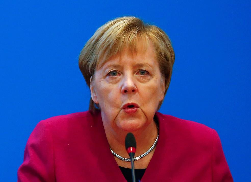Chanceler alemã, Angela Merkel, participa nesta segunda-feira (29) de reunião do conselho após eleição em Hessen na qual seu partido perdeu espaço — Foto: Hannibal Hanschke/ Reuters