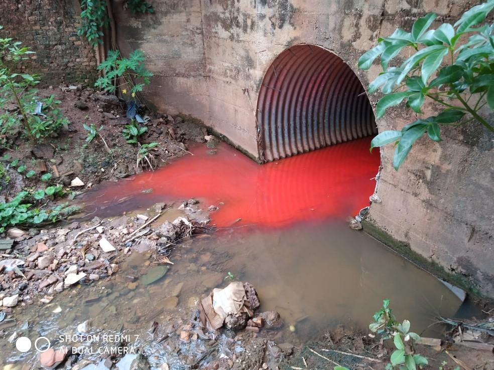 Líquido foi derramado em córrego — Foto: Divulgação
