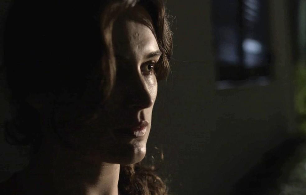 A jovem vê oportunidade perfeita para realizar seu plano (Foto: TV Globo)
