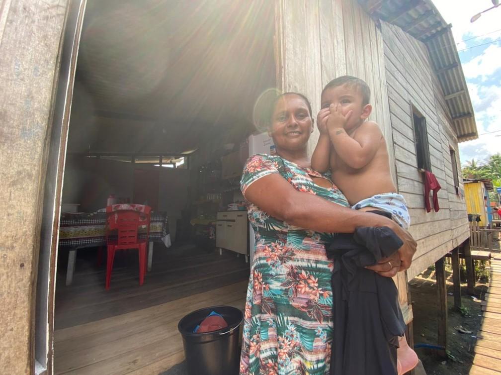CALHA NORTE - A dona de casa Marilena Braga da Conceição, de 37 anos, com um dos filhos no colo no bairro da Várzea, em Cruzeiro do Sul.  — Foto: Mayara Subtil/Rede Amazônica