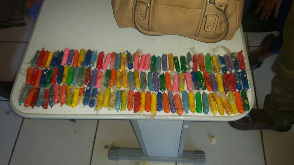 Jovem também carregava cápsulas de cocaína em mochila (Foto: Gefron-MT/ Divulgação)