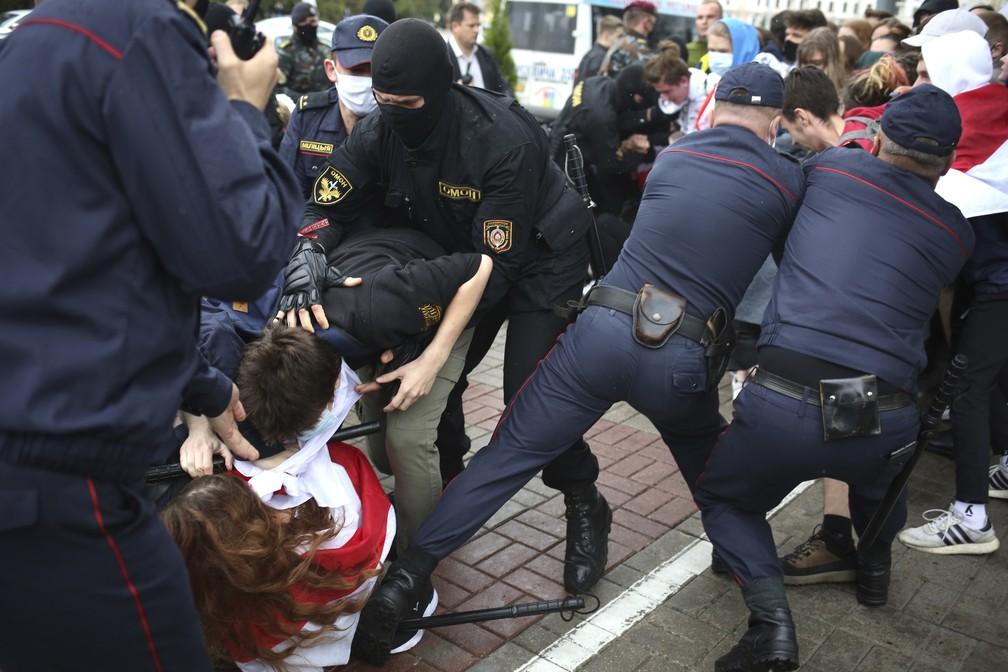 Tumulto entre policiais e manifestantes em Minsk, Belarus, durante protesto nesta terça-feira (1º) — Foto: Tut.By via AP