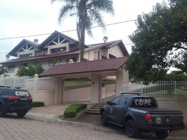 Ex-prefeito mora em uma mansão em Piên  (Foto: Divulgação/Polícia Civil)