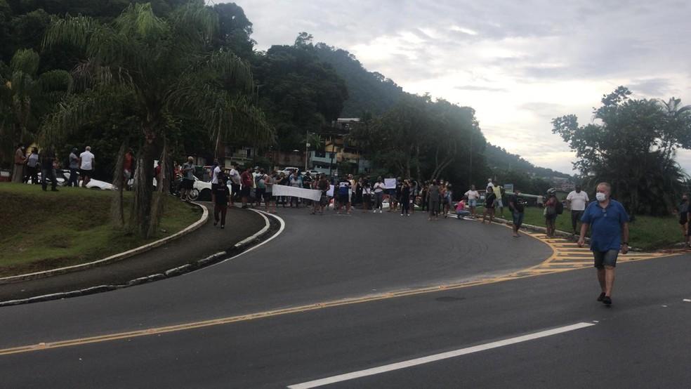 Trevo de acesso e sentido Rio de Janeiro foram bloqueados por manifestantes em Angra dos Reis — Foto: Maria Mariana/ TV Rio Sul