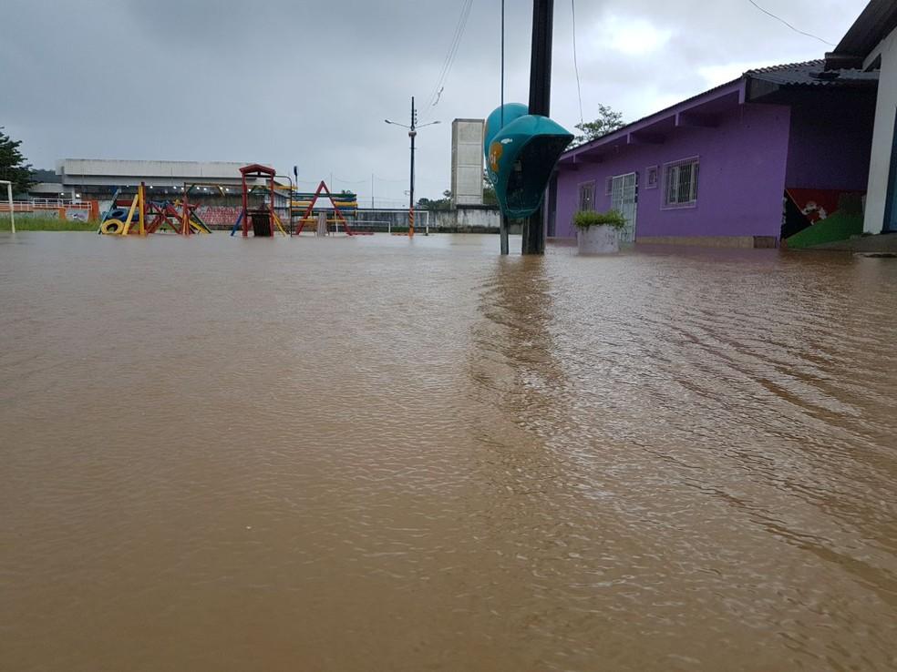Bairro Saco Grande, em Florianópolis, também teve alto volume de chuva  (Foto: Gito Rossi/NSC TV)