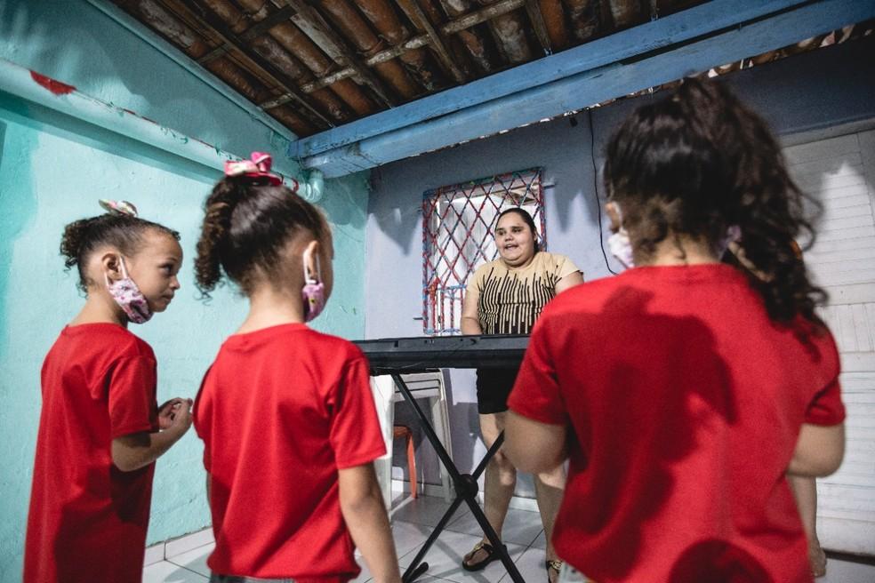 Maria de Fátima é uma atriz com deficiência visual que decidiu dar aulas de música às crianças da vizinhança. — Foto: Thiago Gadelha/Sistema Verdes Mares