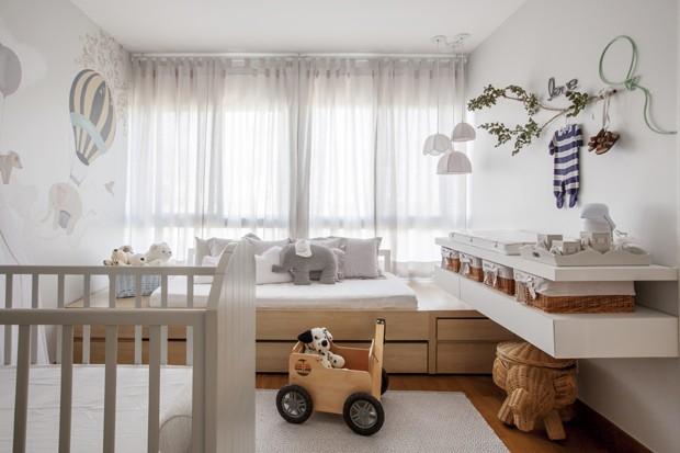 quarto-bebe-branco-marcenaria-neutro-cama-sofá-bicama (Foto: Zega/Divulgação)