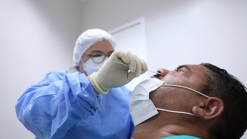 Paciente é submetido a teste RT-PCR para detectar Covid-19 — Foto: Divulgação