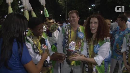 Estrangeiros falam sobre paixão pelo carnaval e cantam samba da Caprichosos de Pilares