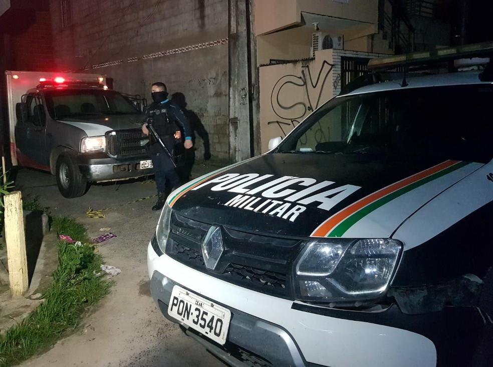 O crime aconteceu na esquina da rua Rafael Melo com Avenida Governador Leonel Brizola em Fortaleza — Foto: Rafaela Duarte/SVM