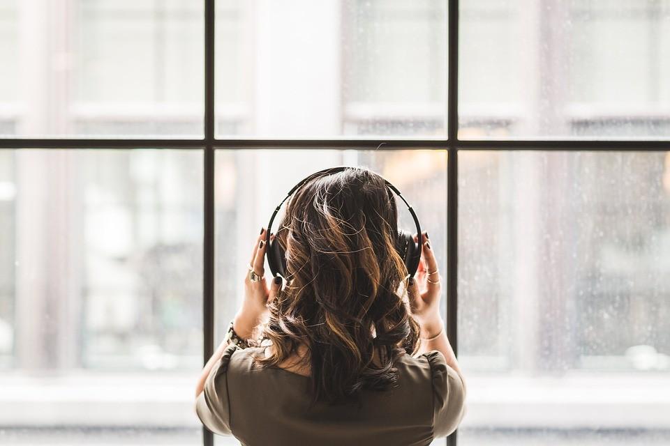 Escutar música no trabalho pode afetar sua criatividade (Foto: Pixabay/StockSnap/Creative Commons)