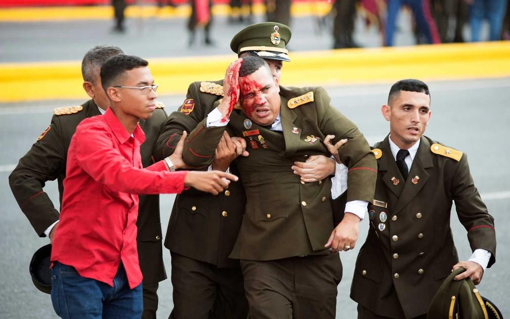 Imagem mostra um oficial com ferimento na cabeça devido a um incidente durante discurso de Nicolás Maduro em Caracas (Foto: Xinhua / via AP Photo)