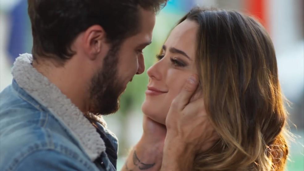 Depois de ouvir poucas e boas de Bruna (Fernanda Vasconcellos), Giovanni (Jayme Matarazzo) se desculpa por sua preocupação com Camila (Agatha Moreira) - 'Haja Coração' — Foto: Globo