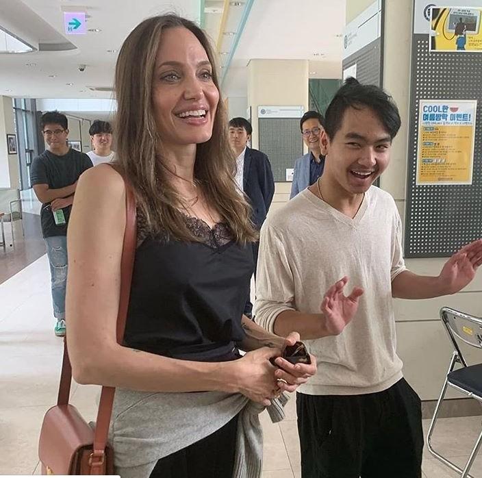 Angelina Jolie e seu filho Maddox na Universidade de Yonsei, na Coreia do Sul (Foto: Instagram)