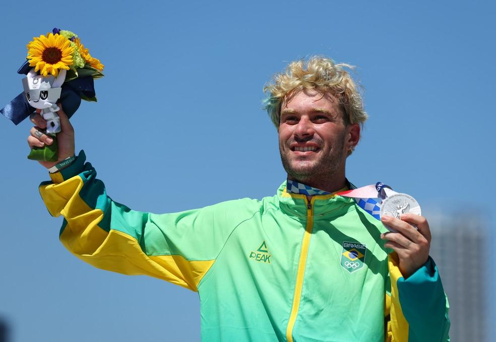 Pedro Barros mostra a medalha de prata no skate park nas Olimpíadas de Tóquio 2020 — Foto: REUTERS/Mike Blake