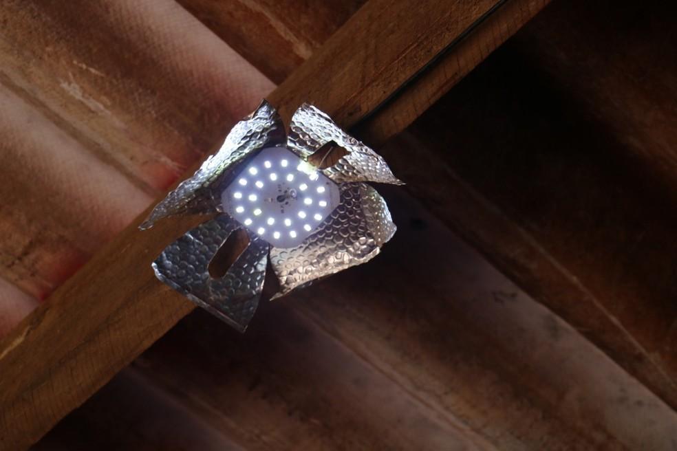 Luz acesa após sistema de energia criado por garoto de 13 anos, em Sidrolândia. — Foto: Site Região News