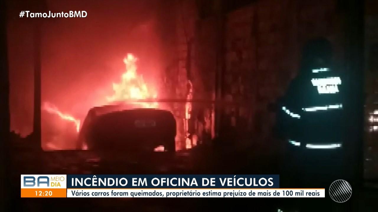 Oficina mecânica é atingida por incêndio e carros são queimados no bairro da Caixa D'Água