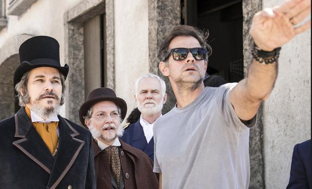 Leonardo Nogueira dirige Edson Celulari e Kiko Mascarenhas em 'O tempo não para' (Foto: TV Globo)