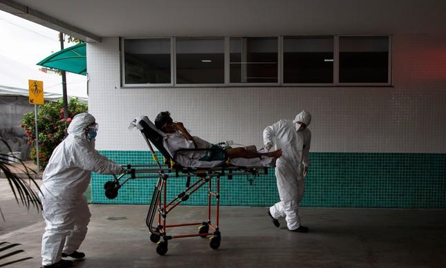 Paciente é transportado em Manaus, onde sistema de saúde colapsou durante a pandemia