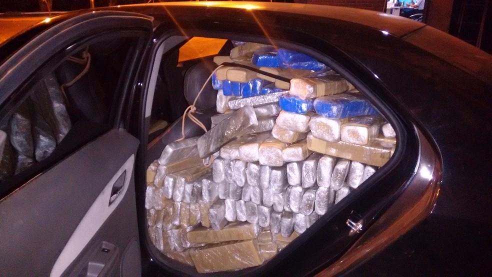 -  Carro abandonado com 891 quilos de maconha após perseguição  Foto: PMRv/Divulgação