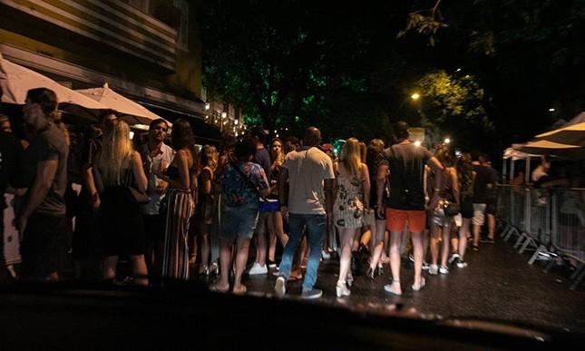 A rua Dias Ferreira (sempre ela), no Leblon, ficou intransitável com foliões. Bastava o prefeito ter fechado bares da rua, em respeito aos moradores em casa.