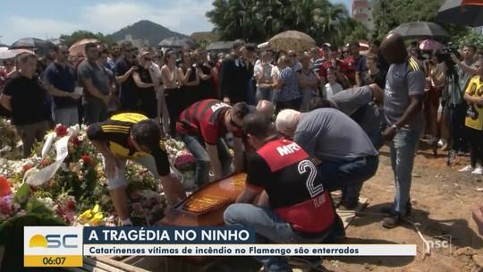 Goleiro Bernardo Pisetta, morto na tragédia do CT do Flamengo, é enterrado em Indaial