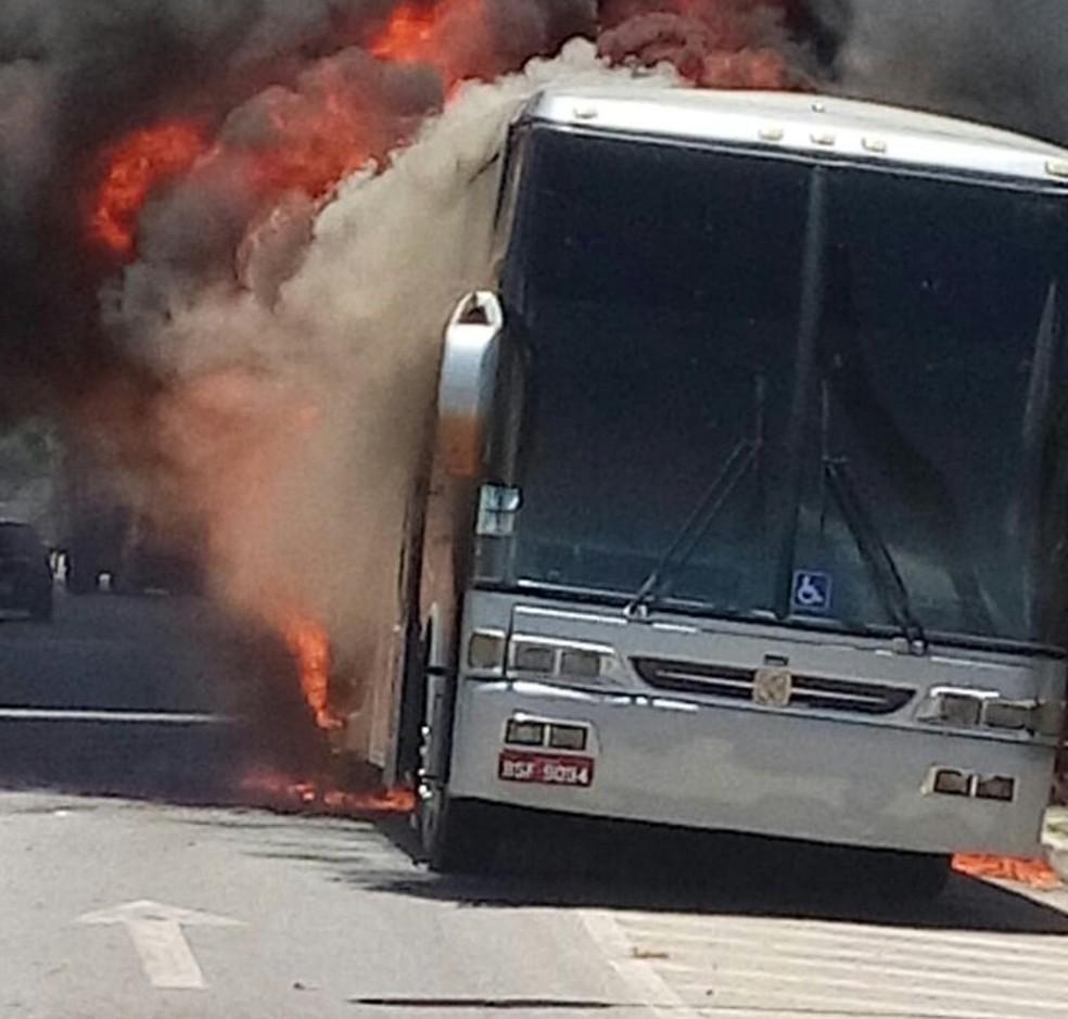 Fogo teve início na parte traseira do ônibus (Foto: Celio Ferreira Gomes/ Arquivo pessoal)