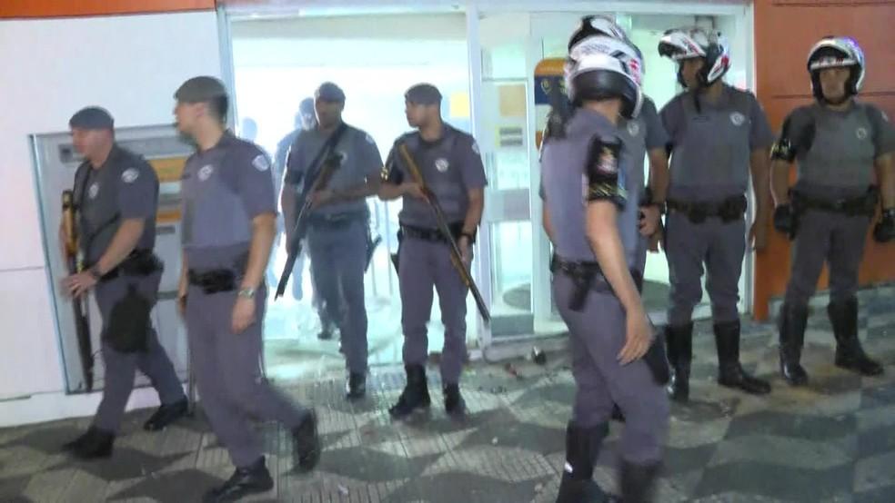 Polícia averigua agência bancária depredada durante protesto contra Bolsonaro no Centro de SP — Foto: Reprodução/GloboNews