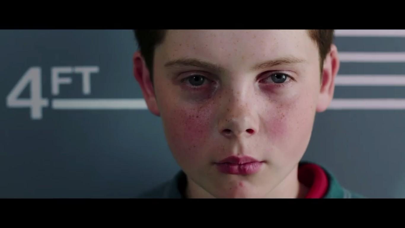 Um frame de Detainment, filme britânico inspirado no assassinato de James Bulguer (1990-1993) por dois meninos de 10 anos (Foto: Reprodução)