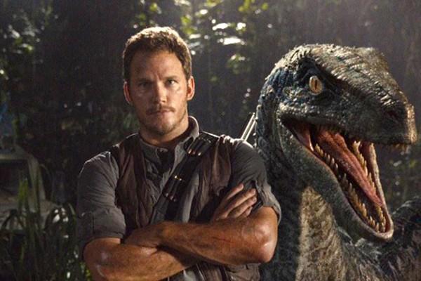 Chris Pratt e um velociraptor de 'Jurassic World' (Foto: Reprodução Twitter)