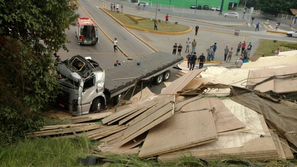 Caminhão caiu de viadutor na BR-470 em SC e atingiu pedestres e motociclista  — Foto: Corpo de bombeiros Militar/Divulgação