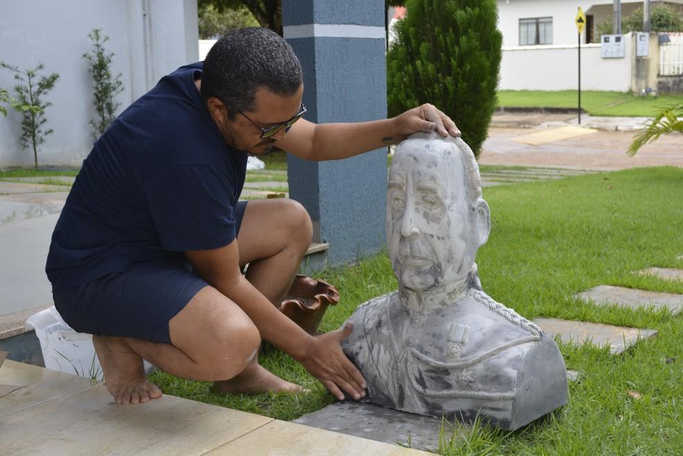 Escultor estuda a história e os traços físicos antes de fazer as estátuas (Foto: Diêgo Holanda/G1)