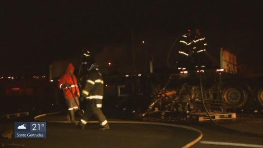 Caminhão pega fogo e interdita a Rodovia Washington Luís em Ibaté