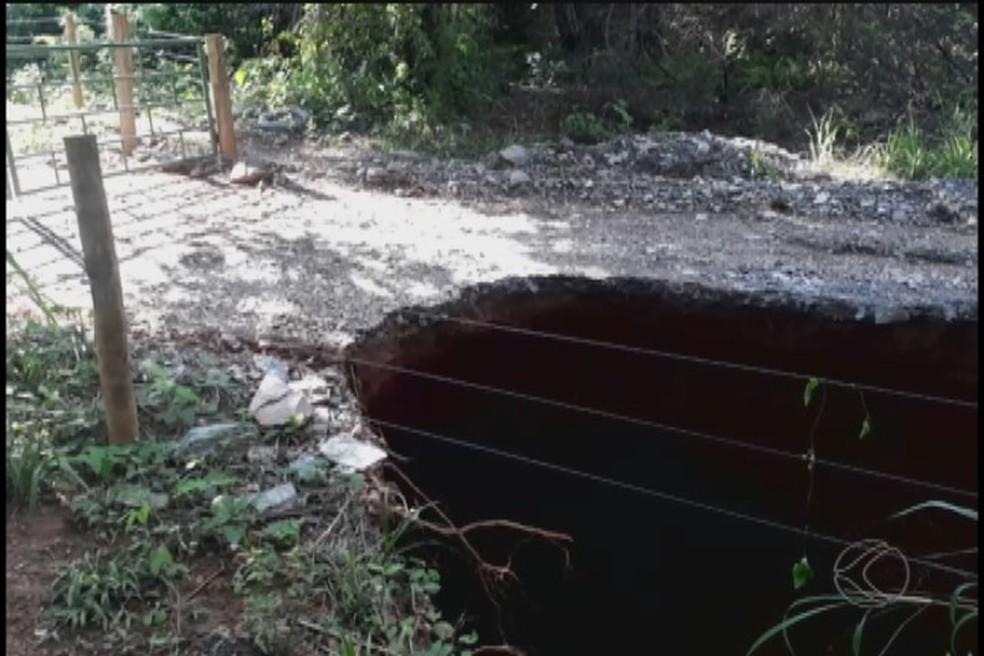 Uma das crateras apareceu em uma estrada próxima à cidade  (Foto: Reprodução/TV Integração)