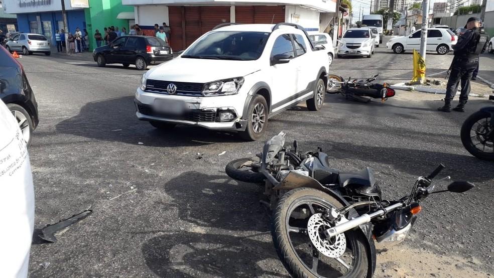As duas motocicletas ficaram caídas após baterem em um carro — Foto: Julianne Barreto/Inter TV Cabugi