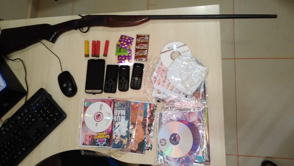 Material pornográfico e uma arma foram apreendidos com o suspeito — Foto: Polícia Civil de Rurópolis/Divulgação