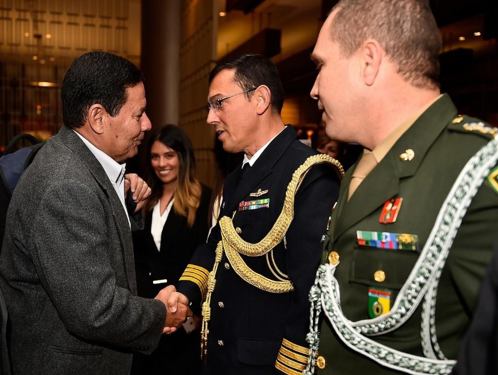 Vice-presidente Hamilton Mourão cumprimenta militares durante reunião do Grupo de Lima, em Bogotá (Colômbia) — Foto: ASSCOM/VPR