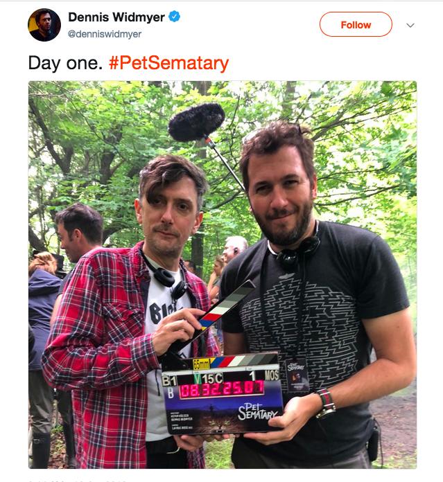 O cineasta Dennis Widmyer com um assistente anunciando o início das gravações do remake de Cemitério Maldito (Foto: Twitter)