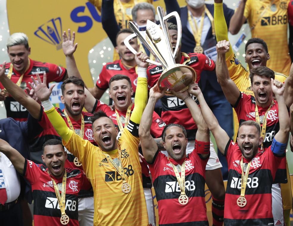 Flamengo levanta a taça da Supercopa 2021 — Foto: REUTERS/Ueslei Marcelino