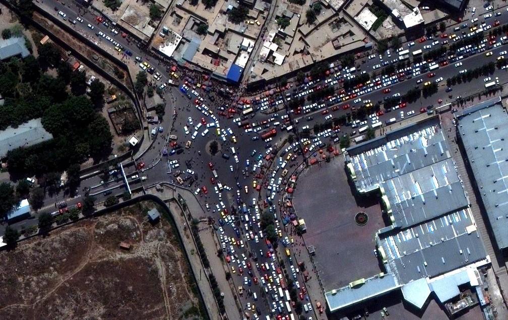 Imagem de satélite mostra tráfego intenso de automóveis na entrada do aeroporto internacional de Cabul na segunda-feira, 23 de agosto de 2021 — Foto: Maxar Technologies/AP