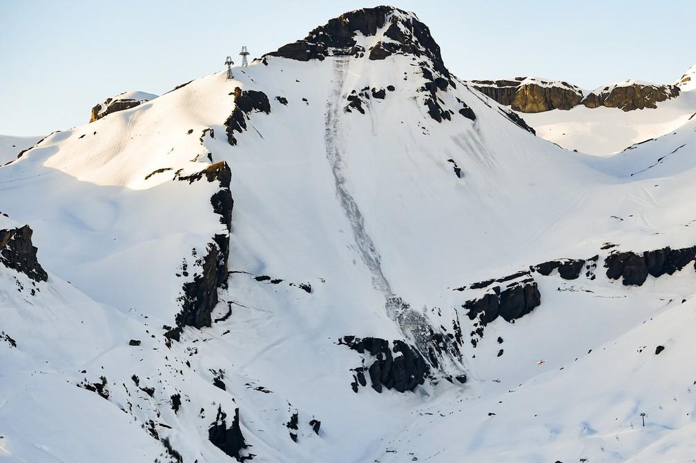 Avalanche atingiu esquiadores em pista de Crans-Montana, na Suíça  — Foto: Anthony Anex/Keystone vía AP