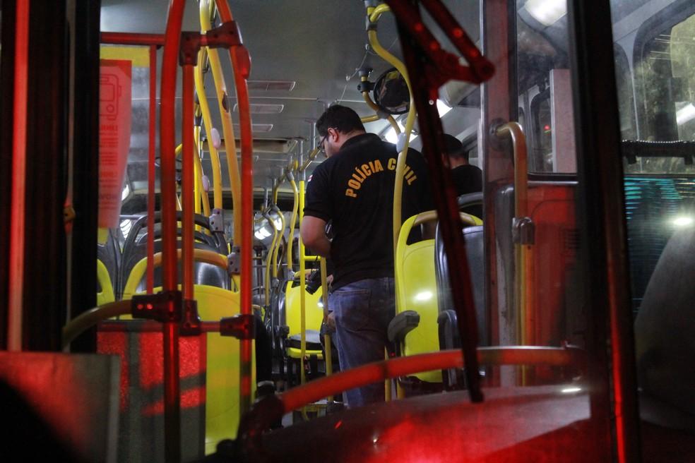 Policial faz perícia em ônibus onde crime ocorreu — Foto: Rickardo Marques/G1 AM