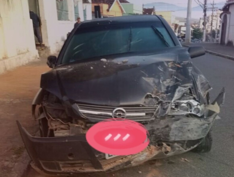 Imagem de carro envolvido no acidente foi enviada ao WhatsApp da TV Rio Sul — Foto: Reprodução/Redes sociais