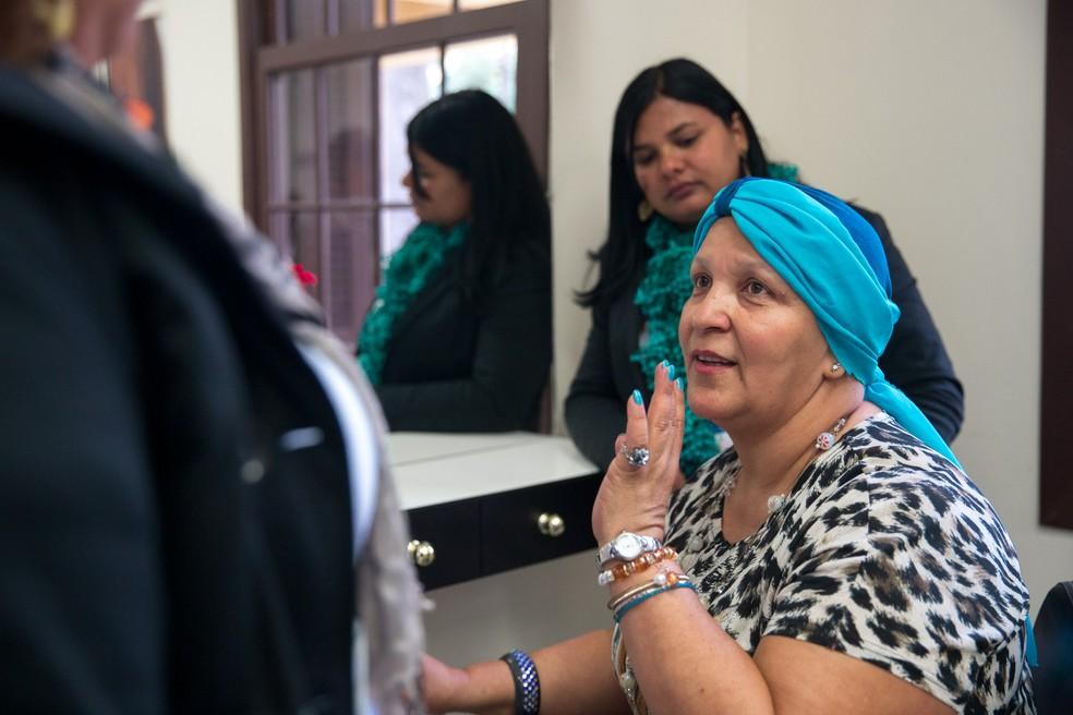 Valéria Brito, de 53 anos, não se acostuma com a falta de cabelo e diz que não consegue tirar o turbante nem para dormir (Foto: Marcelo Brandt/G1)